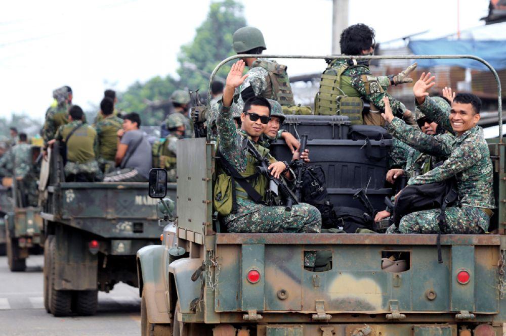 Солдаты морской пехоты в военном грузовике в городе Марави.