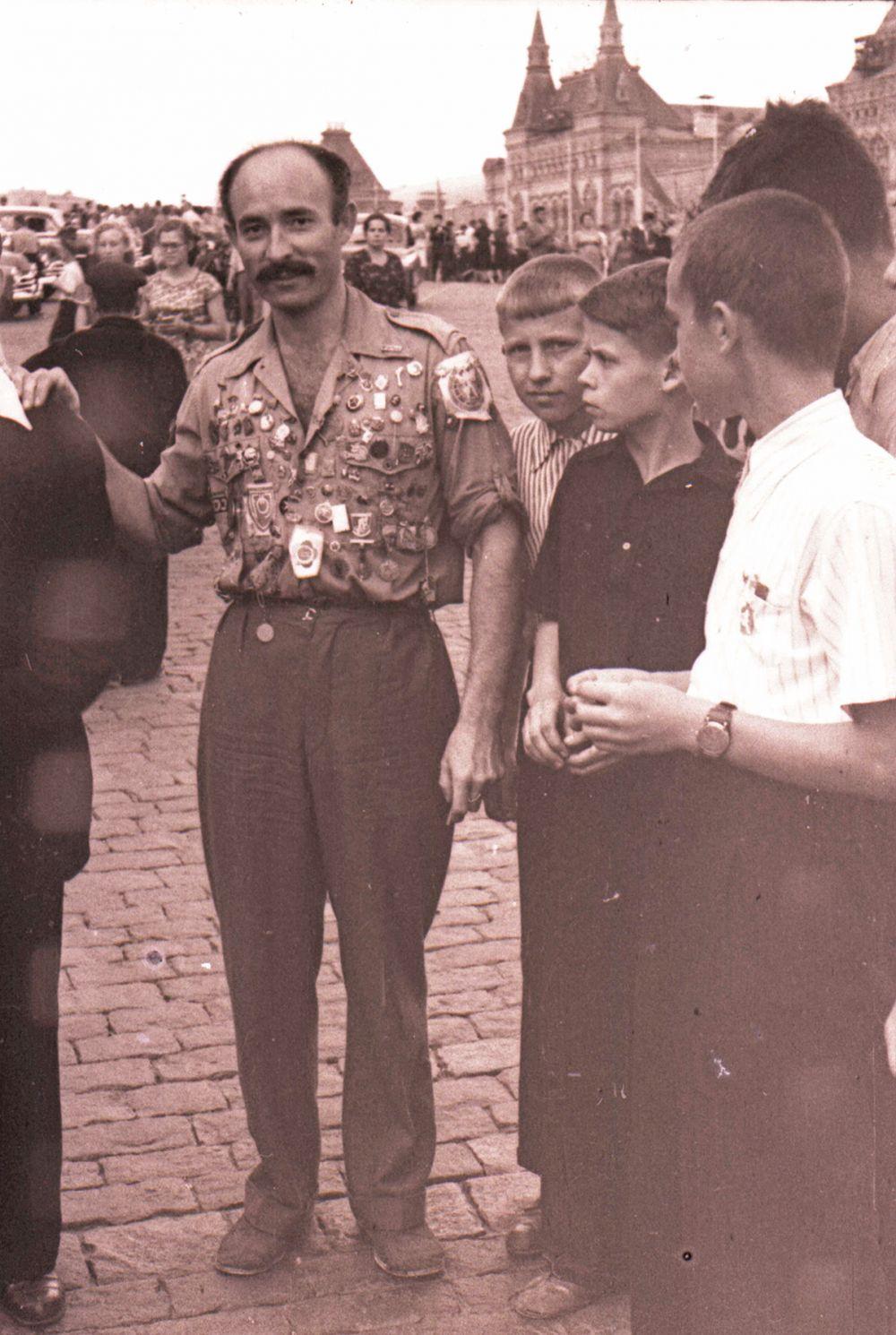 1957 год. Один из делегатов фестиваля в окружении московских мальчишек.