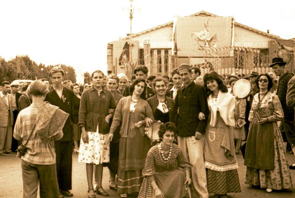 1957 год. 15-летний Олег Набоков в тюбетейке среди участников фестиваля.