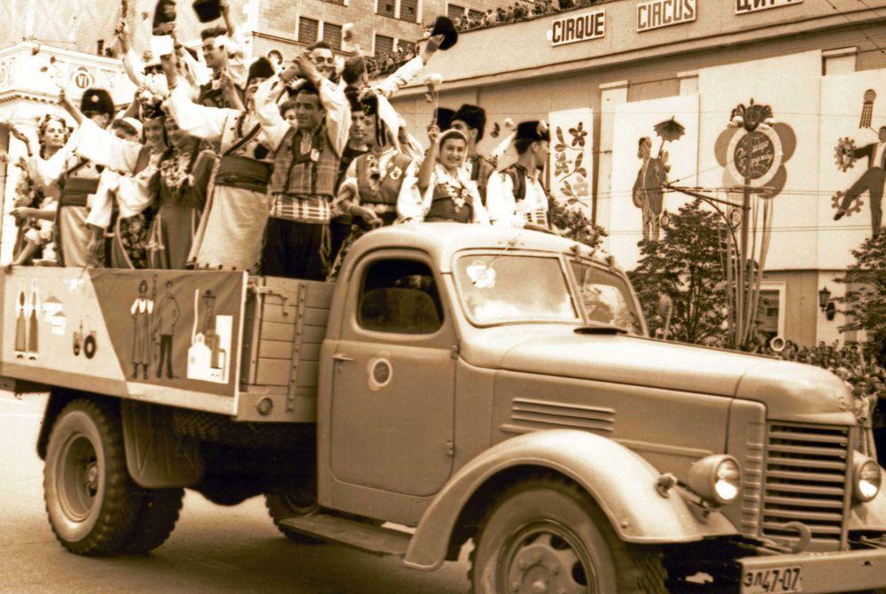 1957 год. Тысячи москвичей вышли на улицы столицы - встретить иностранных гостей.
