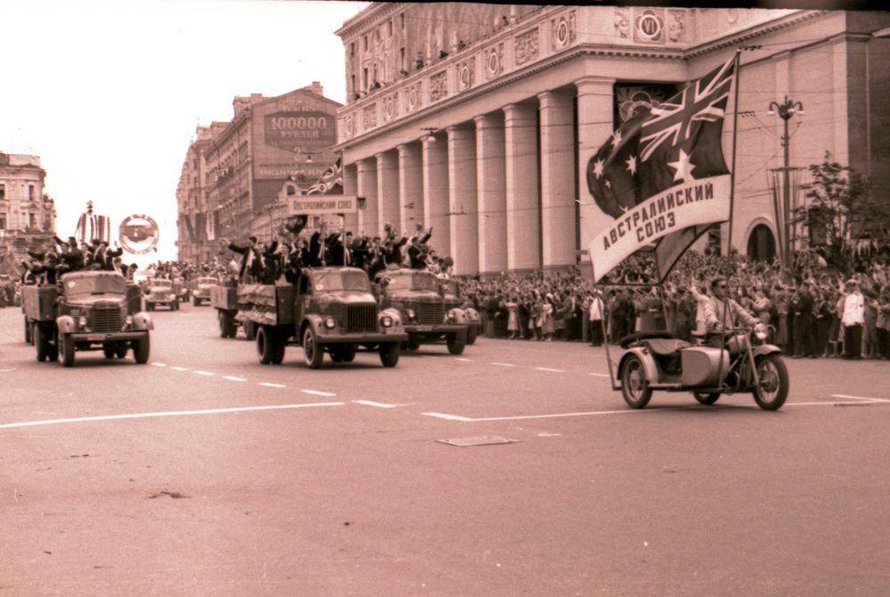 1957 год. Колонна автомобилей с делегатами фестиваля движется от ВДНХ к Центральному стадиону имени В.И.Ленина