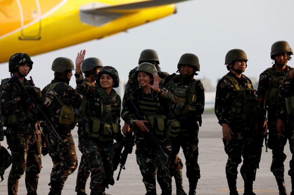 Солдаты филиппинской армии перед возвращением домой из Марави на авиабазе Вильямор в городе Пасай.
