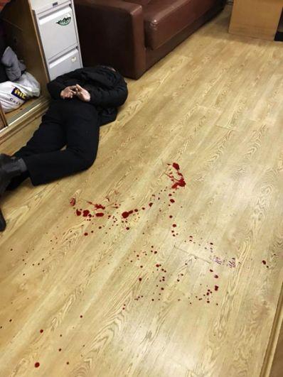 Задержанный Борис Гриц рядом со следами крови на полу в редакции.