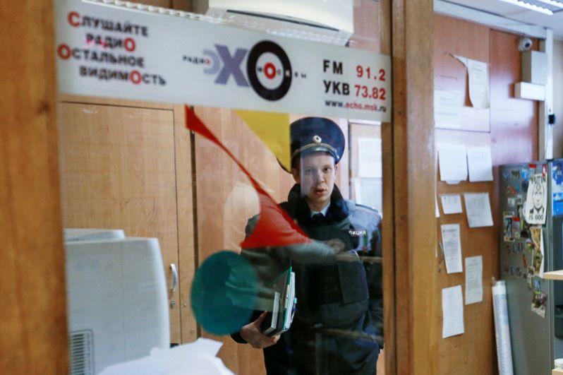 Сотрудник правоохранительных органов в студии радиостанции «Эхо Москвы».