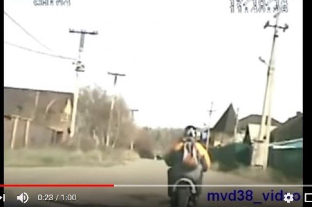 ВИркутске шофёр  мопеда бросил вполицейских бензопилу вовремя погони