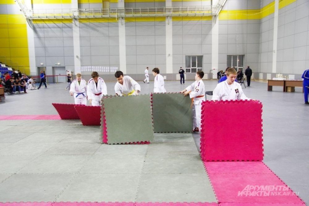 В отдельной группе в Чемпионате выступает молодежь 16-17 лет и совсем юные бойцы. Им доверено постелить бойцовский ковер.