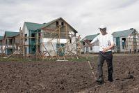 Многие строят дома на неоформленной земле.