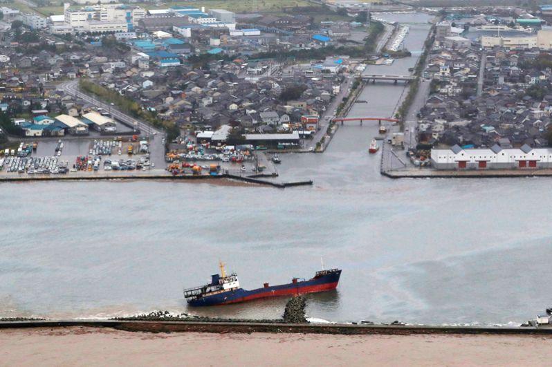 Грузовое судно, выброшенное на волнорез в порту в префектуре Тояма.