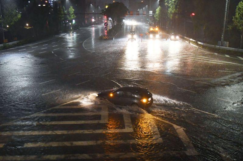 Затопленные улицы в Нагое.