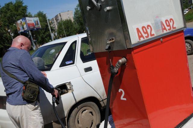 Сотрудники АЗС советуют автовладельцам на заправках проводить контрольные замеры специальным мерным ведром.