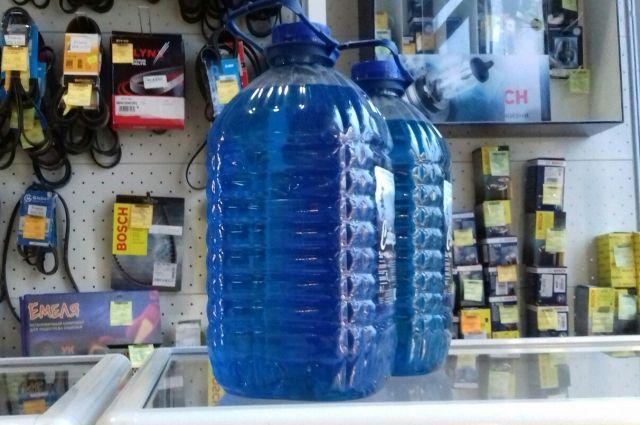 По мнению автовладельцев, пять литров безопасной жидкости, которая не замёрзнет при минус 30, не может стоить 80-100 рублей.