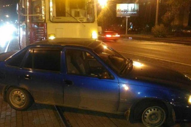 Дэу залетела под трамвай вцентре Челябинска: есть пострадавшие