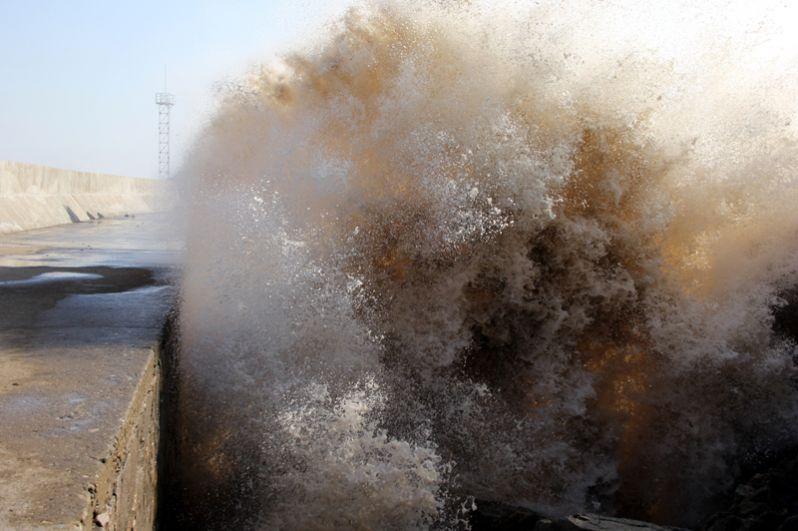 Высокие волны, вызванные тайфуном «Лан», у берегов Сендзёдзики в городе Сирахама.