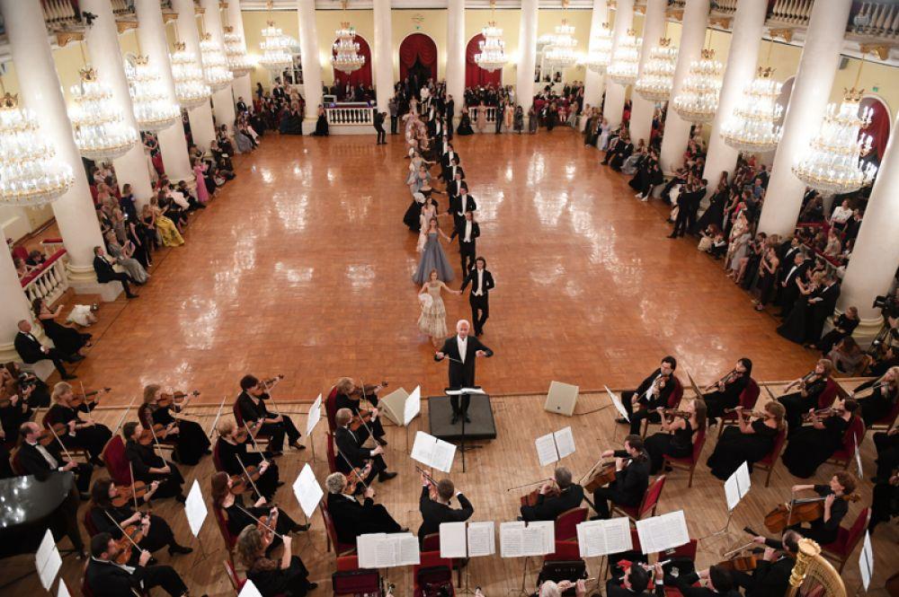 Дебютантки танцуют на балу дебютанток журнала Tatler в Колонном Зале Дома Союзов.