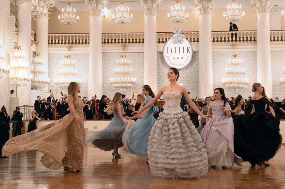 Дебютантки танцуют на балу дебютанток журнала Tatler в Колонном Зале Дома Союзов. В центре — Элеонора Севенард.