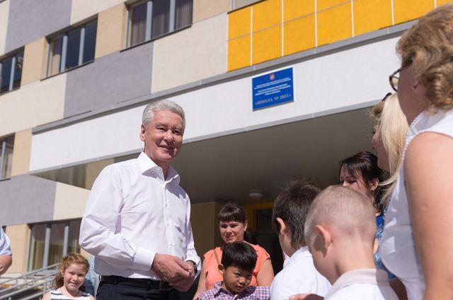 Сергей Собянин во время осмотра нового здания школы №2031.