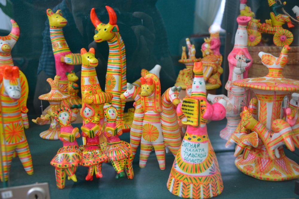 Есть в Одоеве известный музей филимоновской игрушки. Здесь можно не только увлекательный рассказ экскурсовода послушать, попить чаю и принять участие в мастер-классе, но и сувенир на память приобрести.
