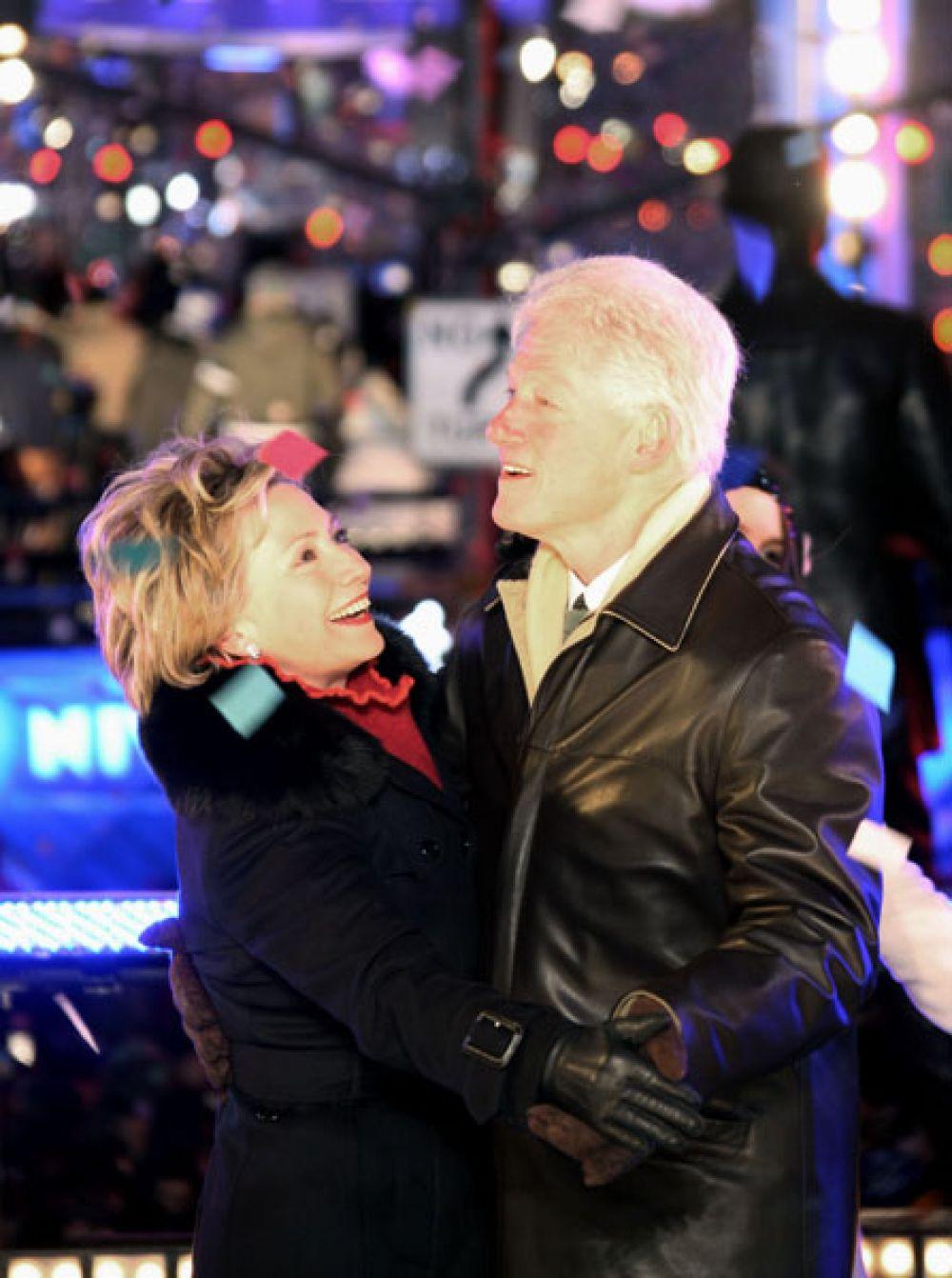 1 января 2009 года. Бывший президент Соединенных Штатов Билл Клинтон танцует со своей женой Хиллари во время новогодних празднеств на Таймс-сквер в Нью-Йорке.