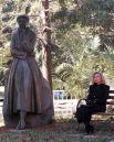 1996 год. Хиллари Клинтон рядом с памятником Элеоноре Рузвельт в Риверсайд-парке в Нью-Йорке.