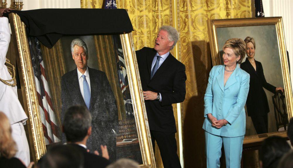 2004 год. Чета Клинтон принимает участие в открытии своих официальных портретов в восточной комнате Белого дома.