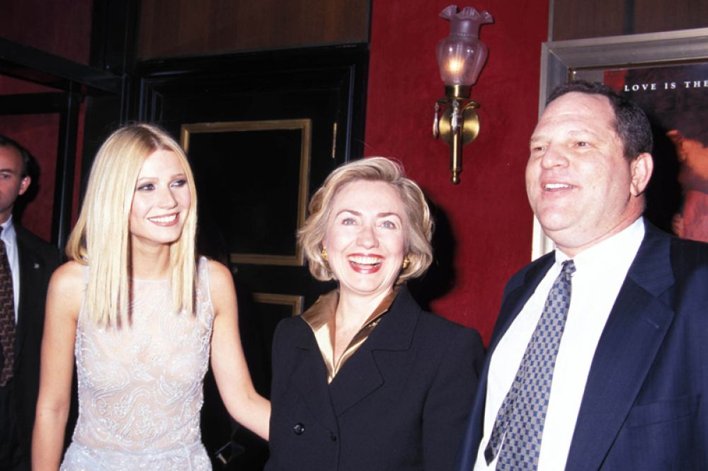 1998 год. Актриса Гвинет Пэлтроу, Хиллари Клинтон и продюсер Харви Вайнштейн на премьере фильма «Влюбленный Шекспир» в театре Зигфельда в Нью-Йорке.