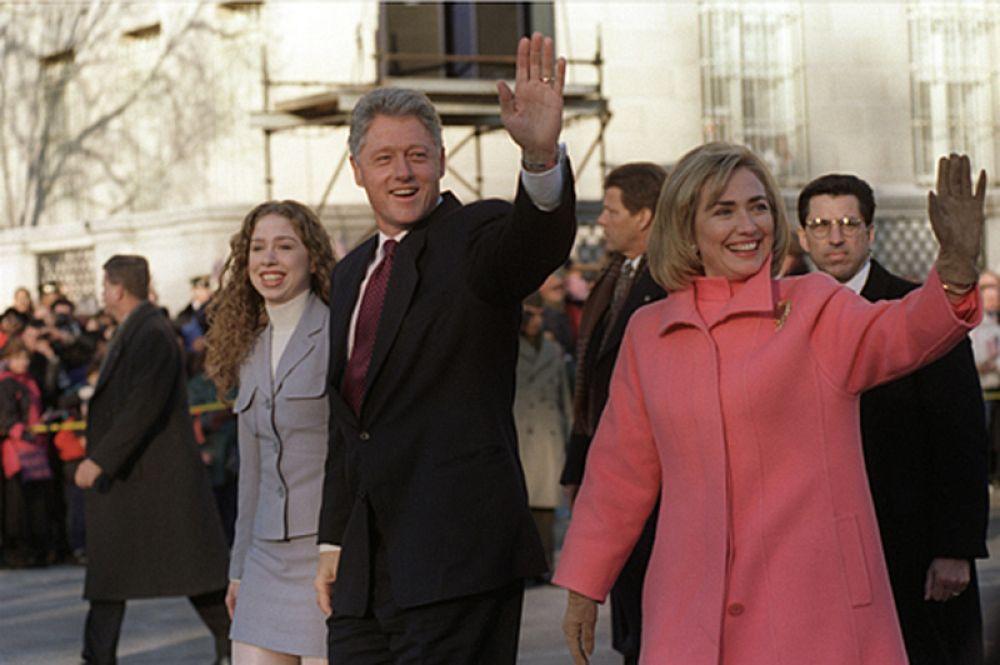 20 января 1997 года. Семья Клинтон в день инаугурации президента США идут по Пенсильвания-авеню в Вашингтоне. Билл Клинтон Избран президентом на второй срок.