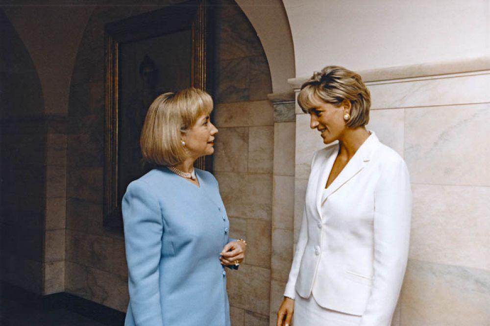1997 год. Первая леди Америки Хиллари Родэм Клинтон встречается с принцессой Дианой в Белом доме в Вашингтоне.