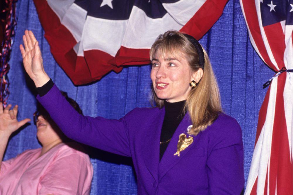 1992 год. Хиллари Клинтон, жена губернатора штата Арканзас Билла Клинтона, принимает участие в предвыборной капмании своего мужа в бизнес-колледже Хессера в Манчестере, штат Нью-Хэмпшир.