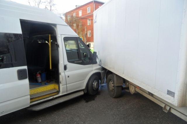 ВТуле вДТП смаршруткой наулице Кирова пострадал один пассажир