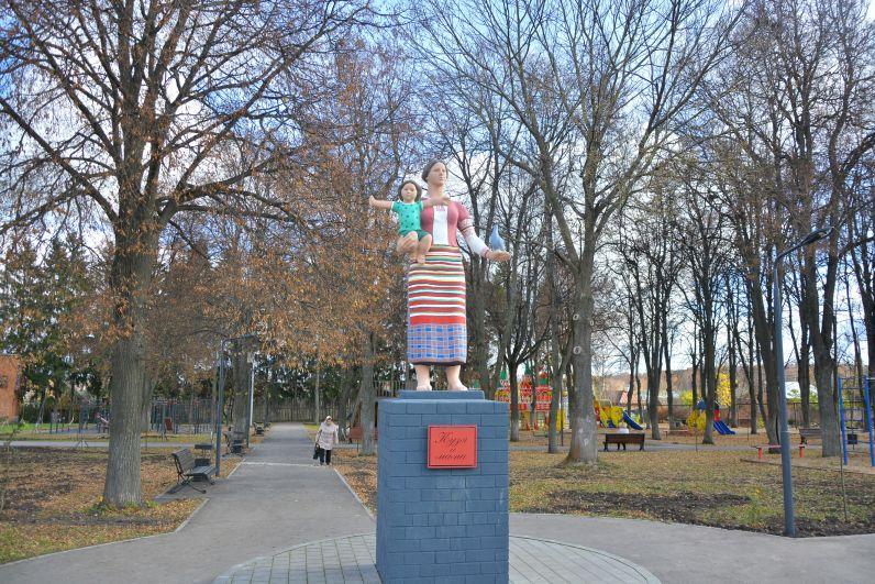 В центре парка возвышается скульптура, расцветкой напоминающая филимоновскую игрушку – известнейший одоевский бренд. Это монумент «Мать и дитя», таких в Советском Союзе было множество. Но потом в узком кругу за чаепитием местные руководители решили обновить этот памятник как «Кузькину мать».