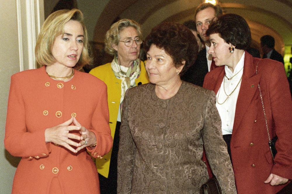 Хиллари Клинтон стала первой леди США после победы Билла Клинтона на президентских выборах 1992 года. На фото: 1994 год. Супруга Президента США Хиллари Клинтон и супруга Президента России Наина Иосифовна Ельцина.
