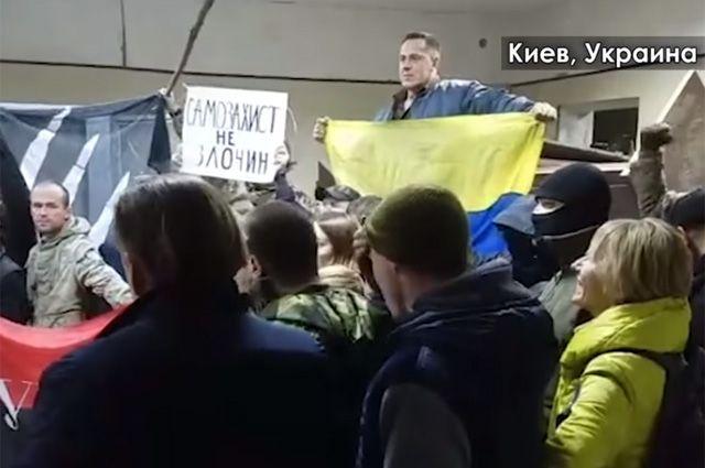 Радикалы захватили Святошинский райсуд Киева.