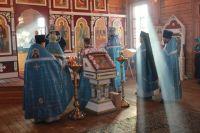 Более 50 верующих собрались в старейшем храме в честь празднования Покрова Пресвятой Богородицы.