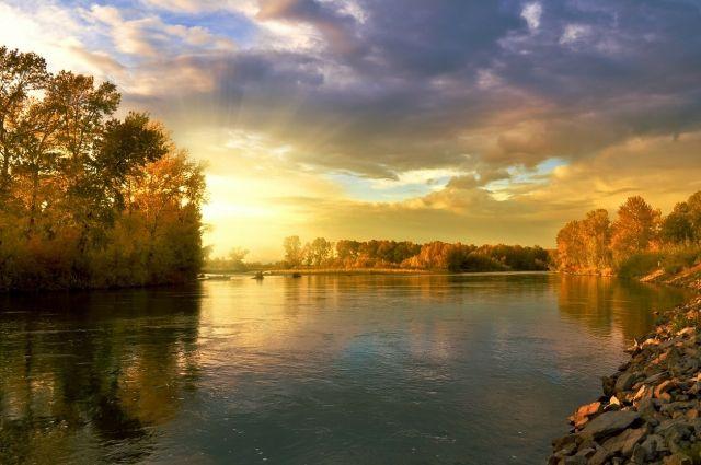 В Кузбассе бензовоз унесло течением во время переправы через реку.