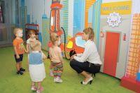 В детсаду № 1 ребята играют в интерактивном холле.