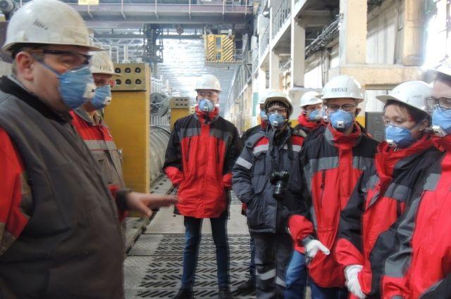 экскурсанты интересовались химическими процессами при производстве алюминия и воздействием его на экологию города.