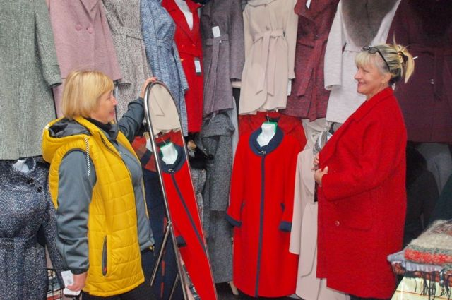 На рынке большой выбор верхней одежды и головных уборов.