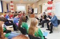 Второкурсники буквально засыпали вопросами Игоря Плотникова, Андрея Хаждогова и Ольгу Алиеву на встрече «без галстуков».