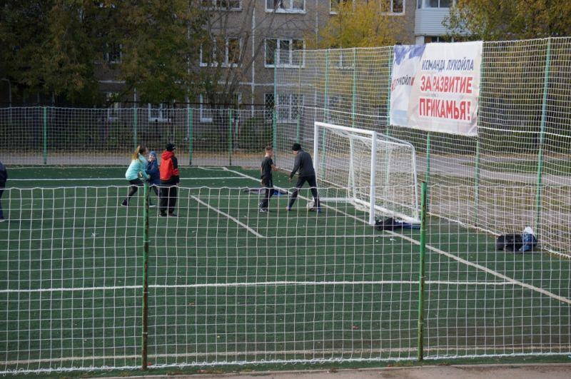 В школе № 136 лукойловцы обновили спортивный стадион.