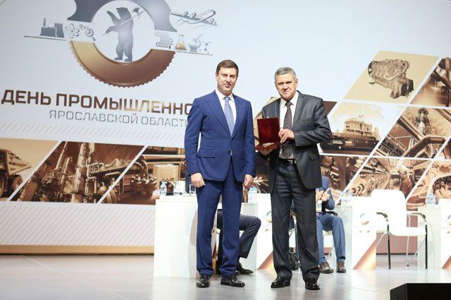 Генеральный директор АО «ЯрЭСК» Игорь  Шарошихин получил награды из рук председателя  правительства Ярославской области Дмитрия Степаненко.