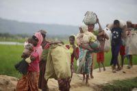 Беженцы-рохинджа из Мьянмы бегут в Бангладеш.