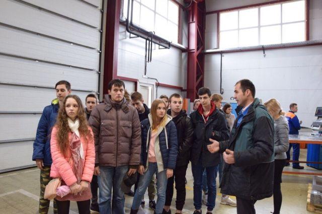 В цехах ребята спрашивали про назначение продукции, географию поставок, объемы производства.