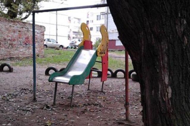 Не все детские площадки соответствуют нормам.