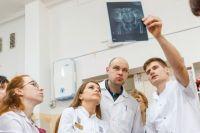Ортопед-ортезист Сергей Сорокин (на фото справа) и его коллеги слишком часто сталкиваются с равнодушием чиновников, пытаясь помочь детям с инвалидностью.