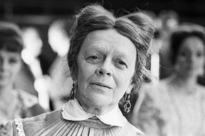 Народная артистка РСФСР Татьяна Пельтцер (спектакли «Тиль», «Три девушки в голубом», «Диктатура совести», «Мудрец»).