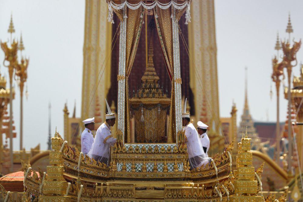 Колесница Великой Победы с гробом покойного короля возле Большого дворца в Бангкоке.