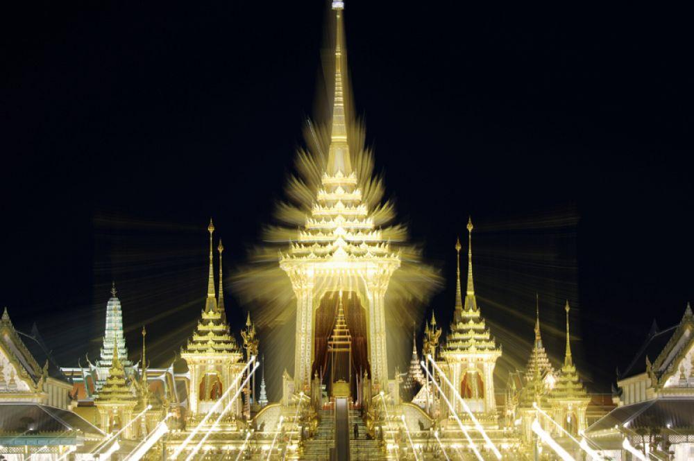 Специально для церемонии на площади Санам Луанг в Бангкоке построили королевский крематорий.