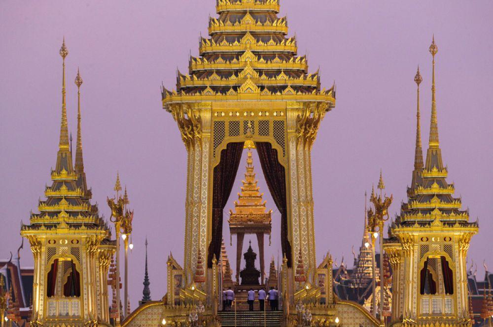 Кремация короля Пхумипона Адульядета. На следующий день прах монарха доставят в Большой королевский дворец.