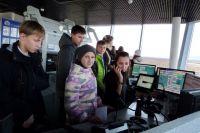 Школьники наблюдают за работой диспетчера.