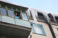 Тюменцы жалуются на сосульки и падающий с крыш снег